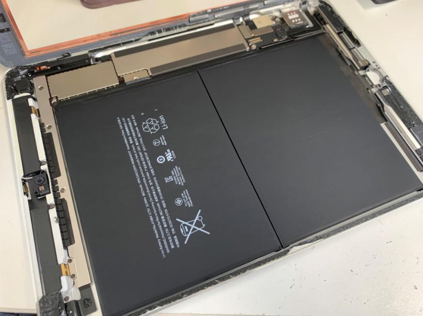 分解してバッテリー交換途中のiPad Air