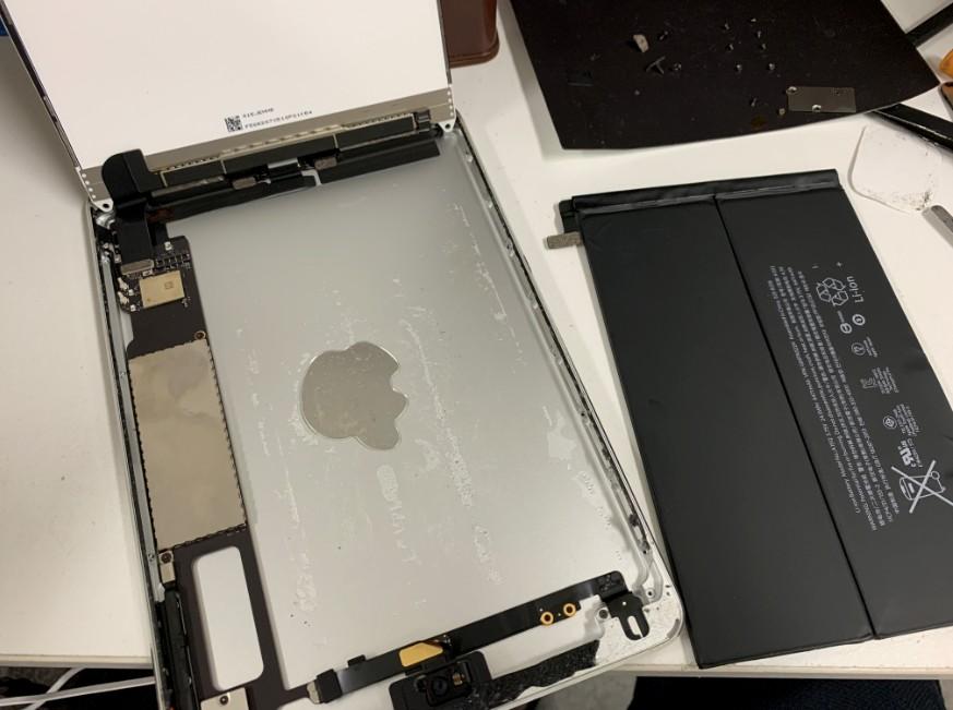 分解して内蔵バッテリーを取り出したiPad mini2