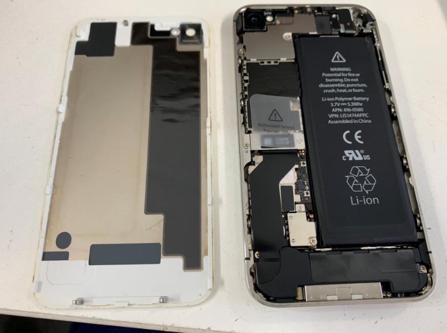 分解して内蔵バッテリーがむき出しのiPhone4s