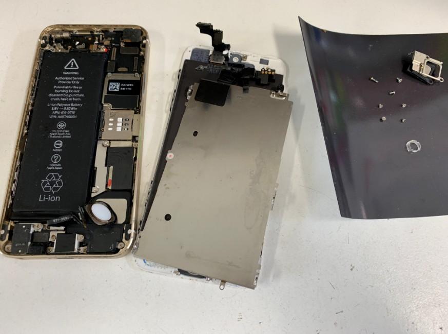 本体から液晶画面を取り外し修理途中のiPhone5s