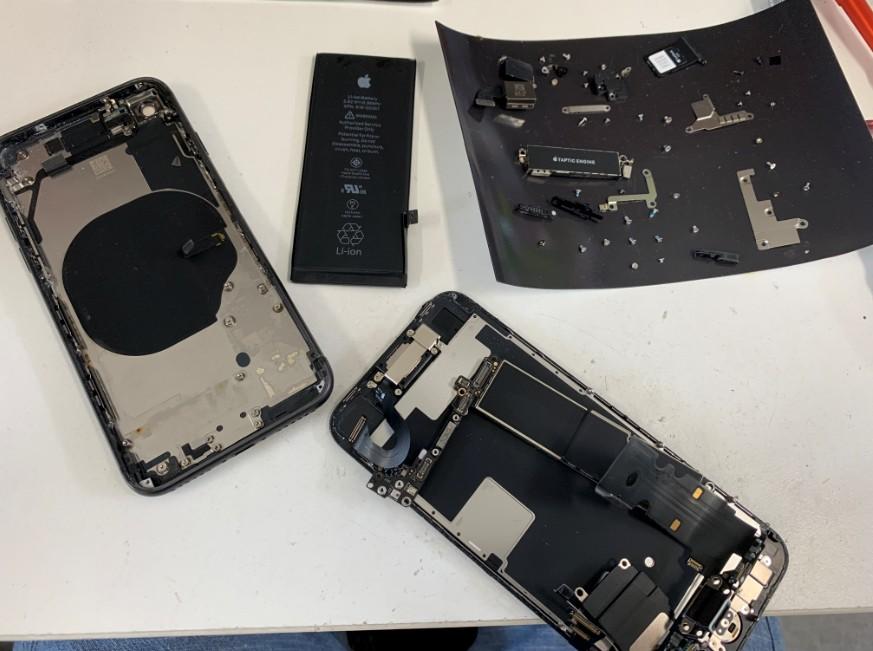 背面パネルをフレームごと交換しているiPhone8