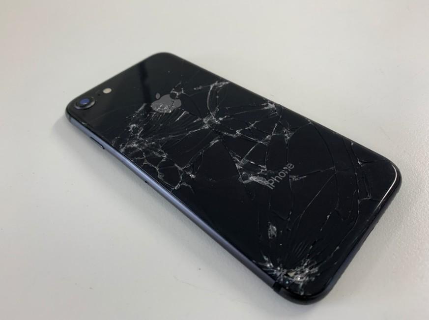背面ガラスが粉々に割れているiPhone8
