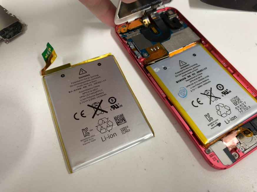 分解して内蔵バッテリー交換作業途中のiPod Toutch第5世代