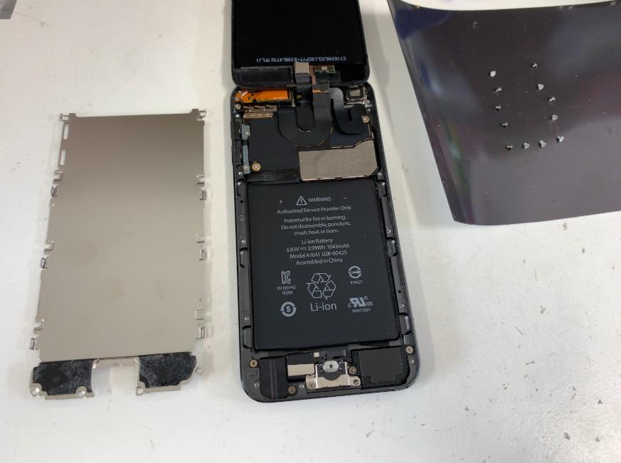 分解してバッテリーが丸見えのiPod Touch第6世代