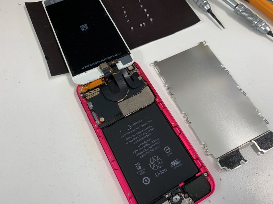 分解して液晶画面を剥がしたiPod touch 第6世代