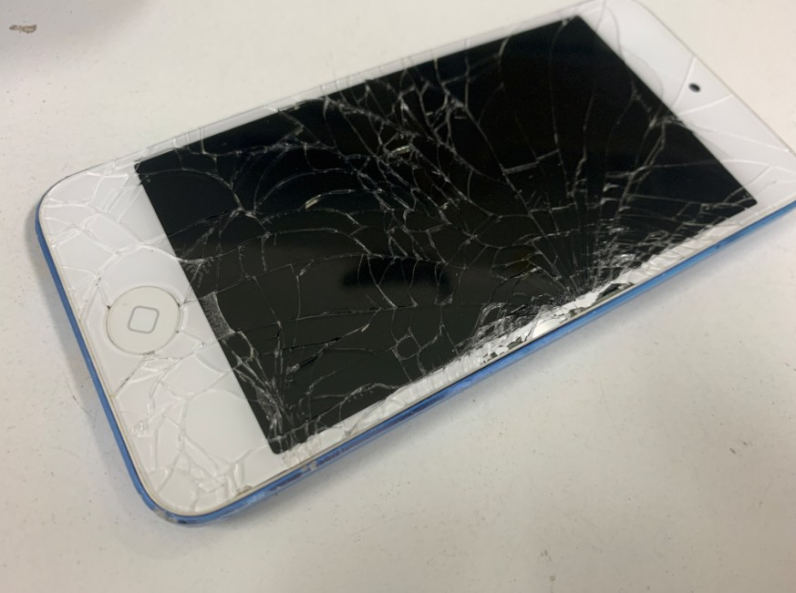 液晶画面がひび割れてボロボロのiPod Touch 第6世代