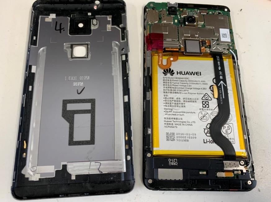 分解して電池パックと取り出している最中のHUAWEI GR5(KⅡ-L22)