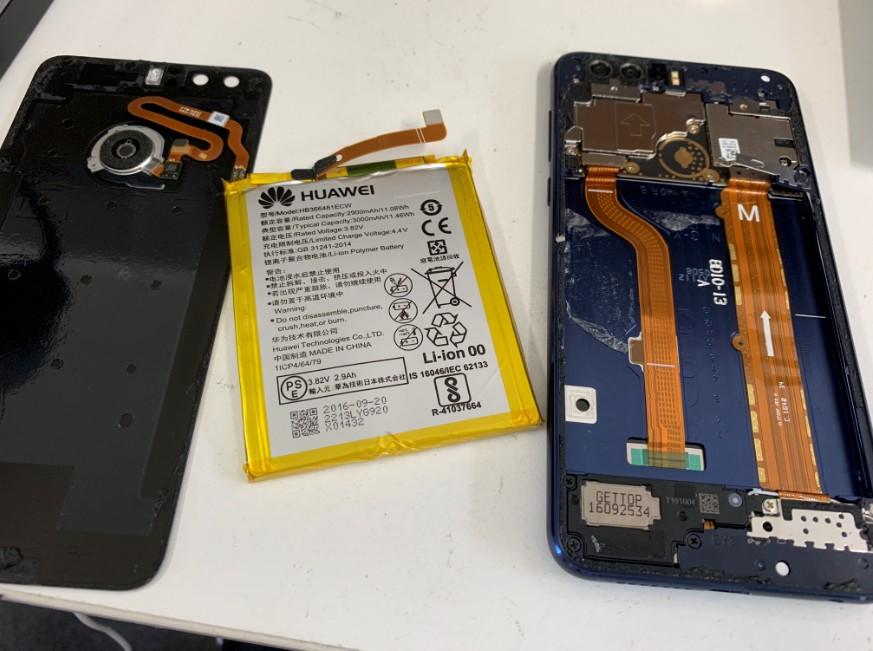 本体から電池パックを取り出している最中のhonor8