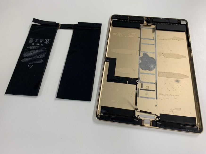 内蔵バッテリーを取り出して交換途中のiPad Pro 10.5