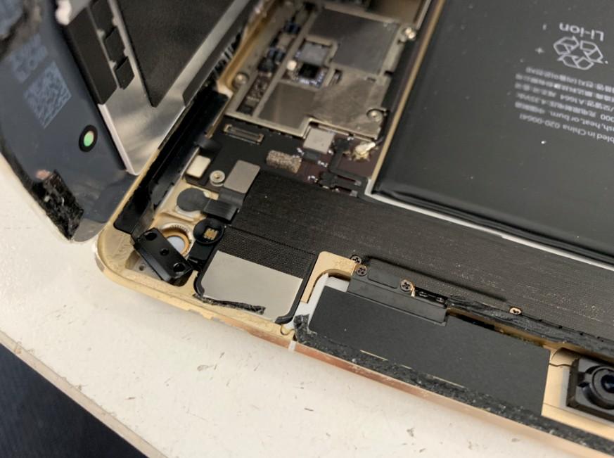 スリープボタンまで分解中のiPad Pro 9.7