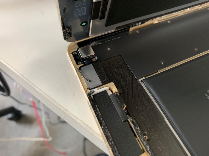 分解してスリープボタン交換作業途中のiPad Pro 9.7