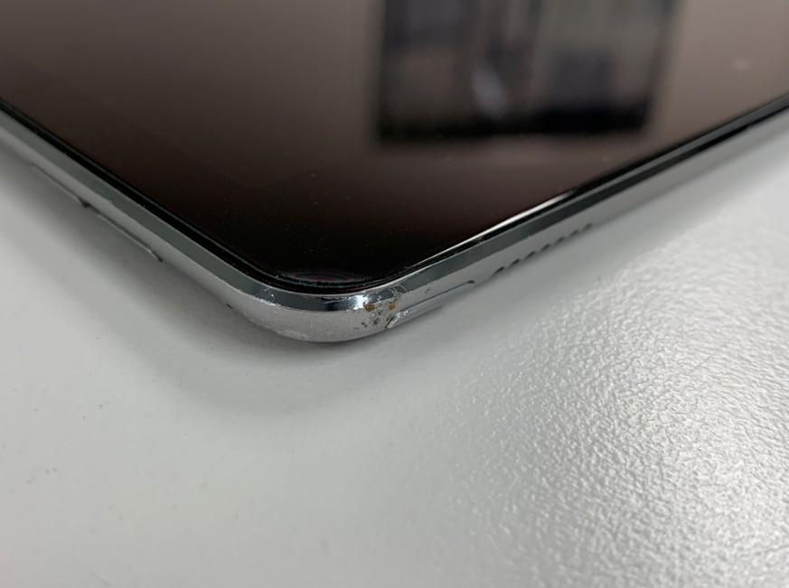落としてスリープボタンが陥没して押されっぱなしになっているiPad Pro 9.7