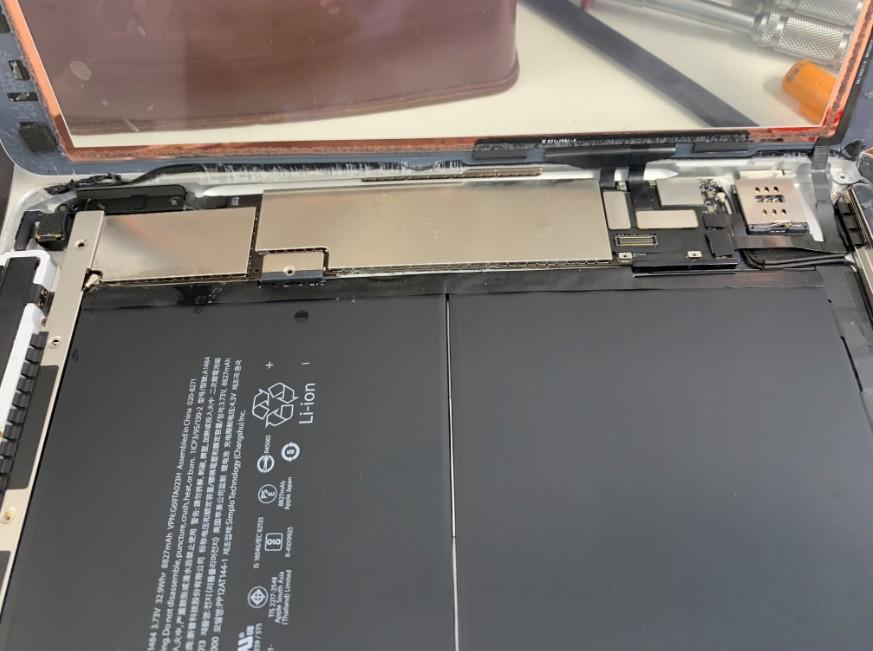 筐体矯正時にガラスが割れないように分解しているiPad5