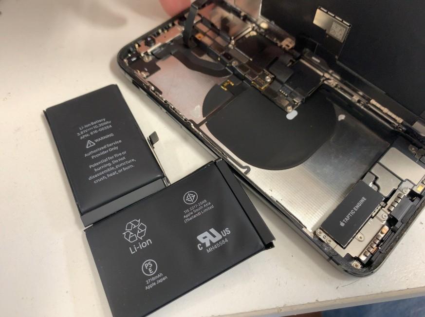 本体から内蔵バッテリーを取り出して交換修理途中のiPhone10