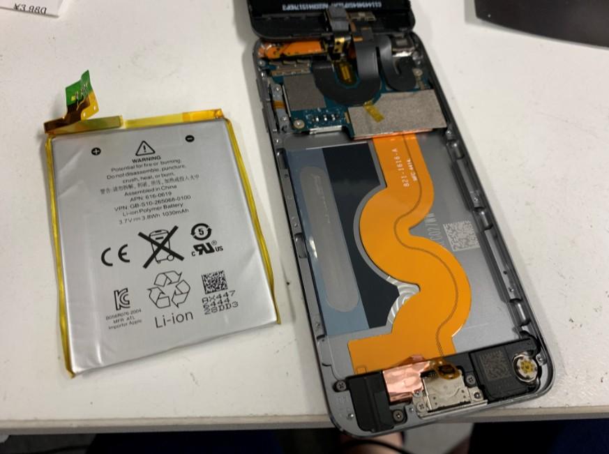 本体からバッテリーを取り出したiPod touch 第5世代