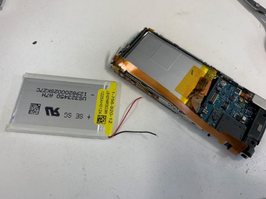内蔵バッテリー交換作業途中のWALKMAN(NW-S765)