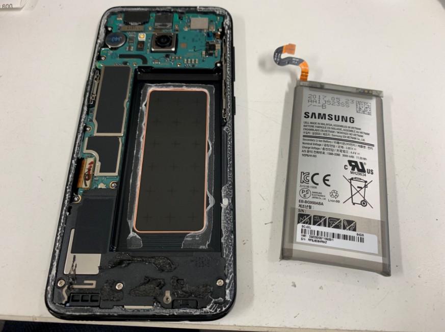 内蔵バッテリーを取り出したGalaxy S8(SC-02J)