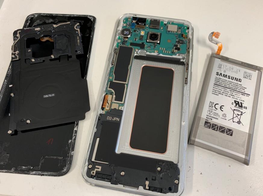 本体からバッテリーを剥がしたGalaxy S8+(SC-03J)