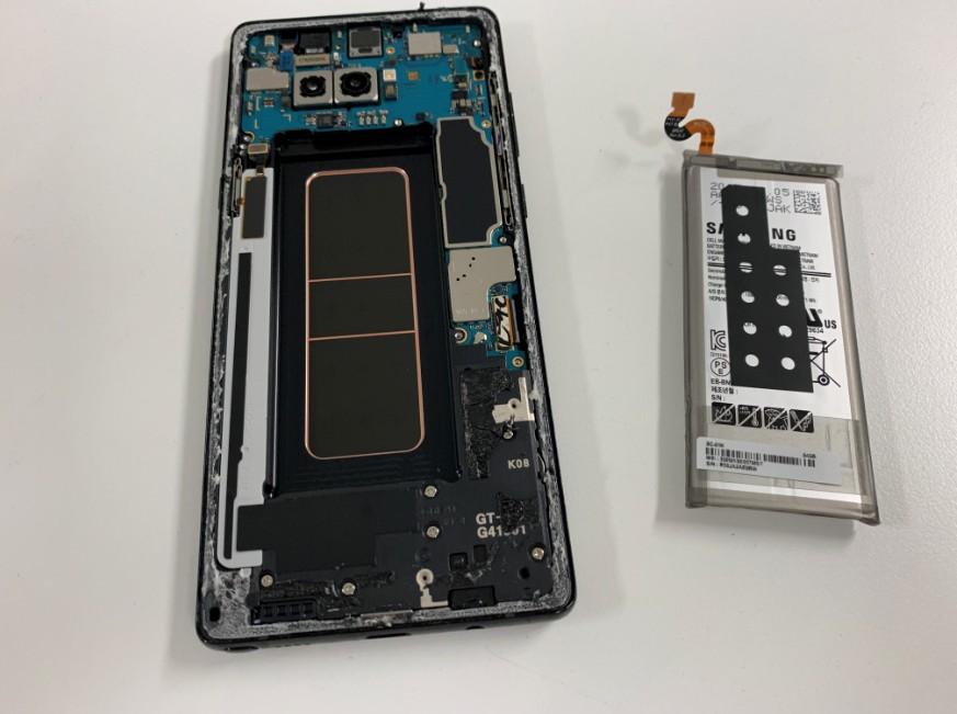 内蔵バッテリーを本体から取り出したGalaxy Note8(SC-01K)