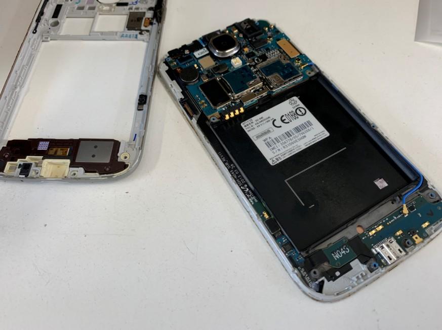 分解してパーツ交換修理途中のGalaxy S4(SC-04E)