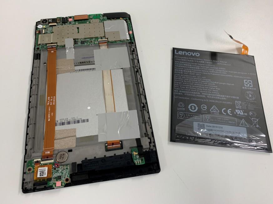 本体からバッテリーを取り出したNEC LaVieTab(PC-TS708T1W)