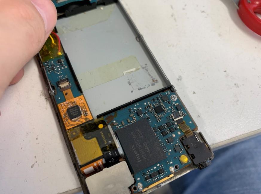 内蔵電池パックを取り出したNW-F886