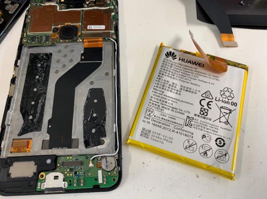 内蔵バッテリーを本体から取り出したNexus6P