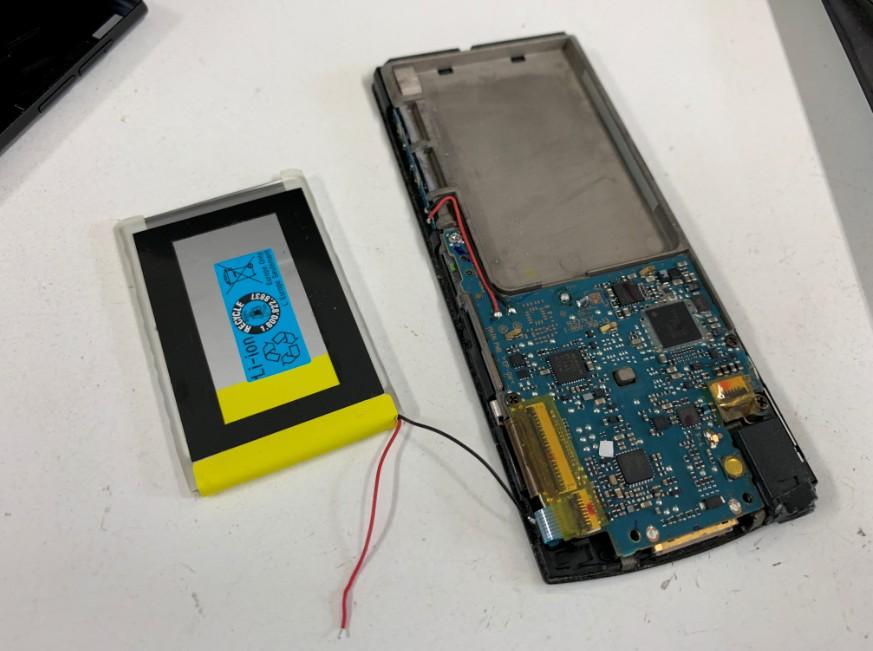 本体から電池パックを取り出したNW-A856