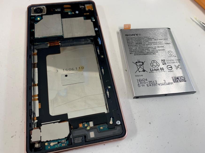 分解して本体からバッテリーを取り出したXperia X performance(SO-04H)