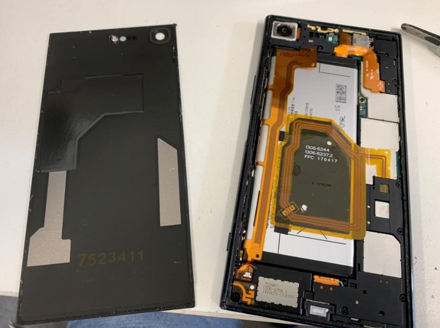 背面パネルを剥がしたXpeira XZ Premium(SO-04J)
