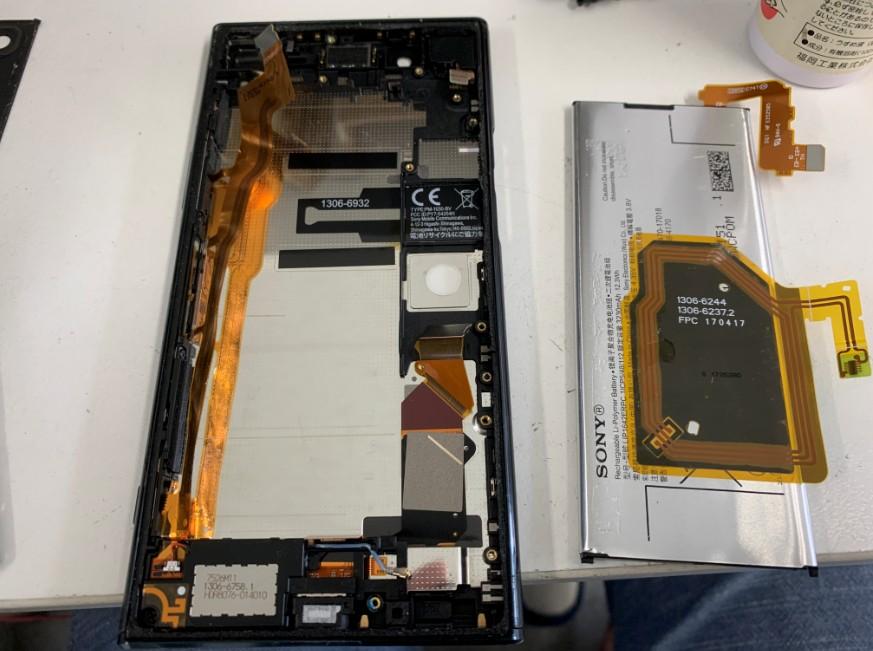 基板まで外してバッテリーを剥がしたXpeira XZ Premium(SO-04J)