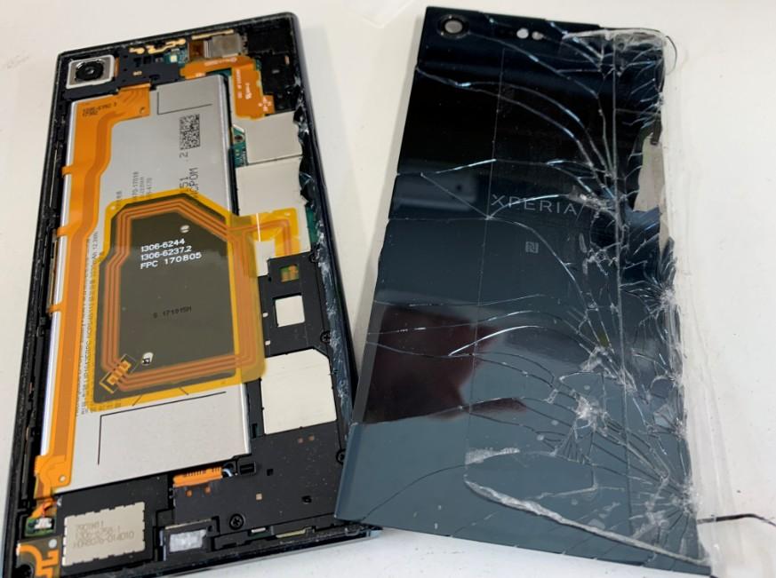 本体から背面パネルを剥がしたXperia XZ Premium