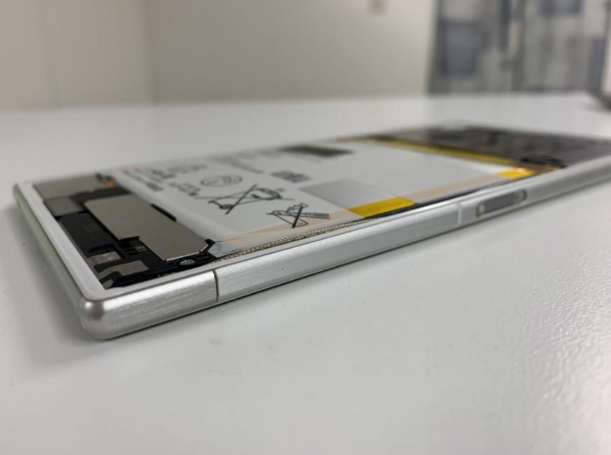 背面パネルを剥がしたXperia Z Ultra(SOK24)