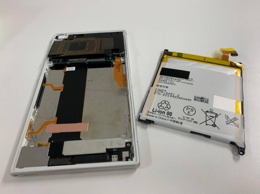 本体からバッテリーを取り出したXperia Z Ultra(SOK24)