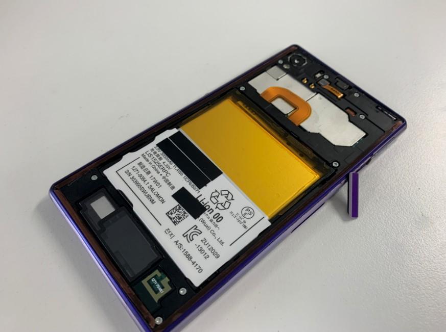 分解してバッテリー交換作業途中のXperia Z1(SO-01F)