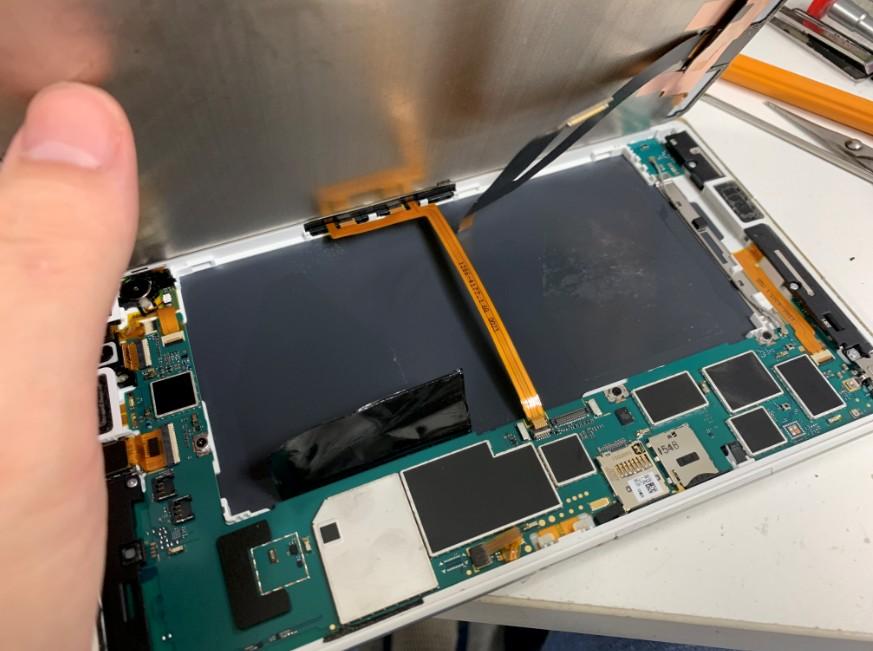 画面側から分解してバッテリー交換修理途中のエクスペリアZ3タブレットコンパクト