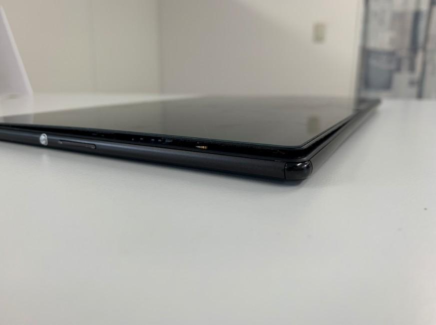 内蔵バッテリー膨張で液晶画面が浮いているエクスペリアZ4タブレット