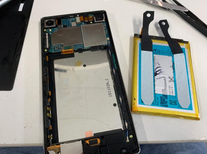 本体から電池パックを剥がしたエクスペリアZ5プレミアム