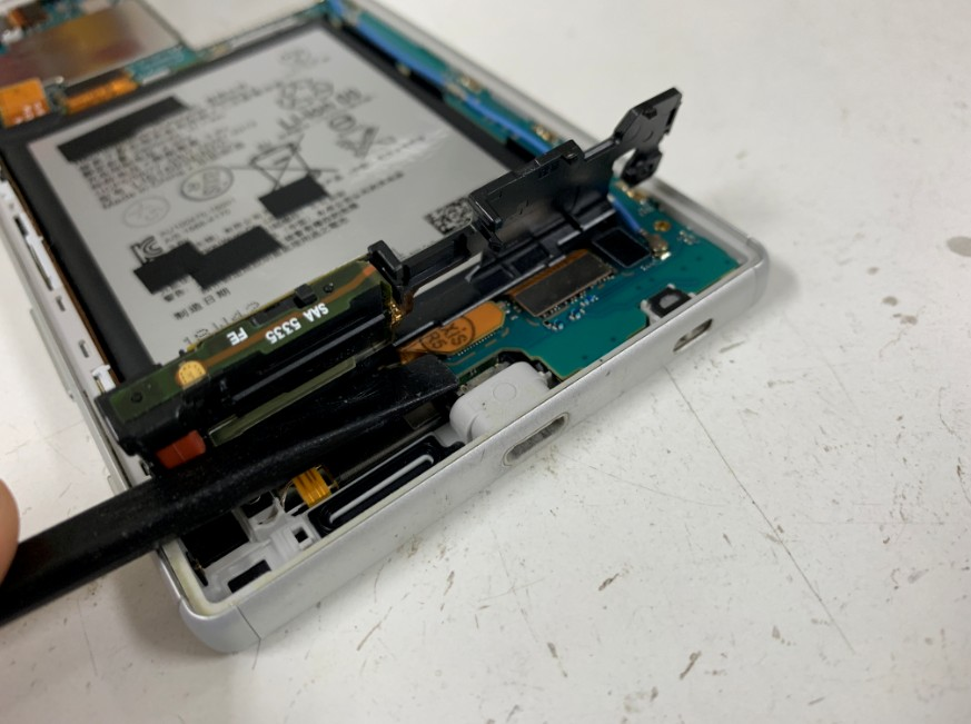 分解して充電端子を交換したXperia Z5(SO-01H)