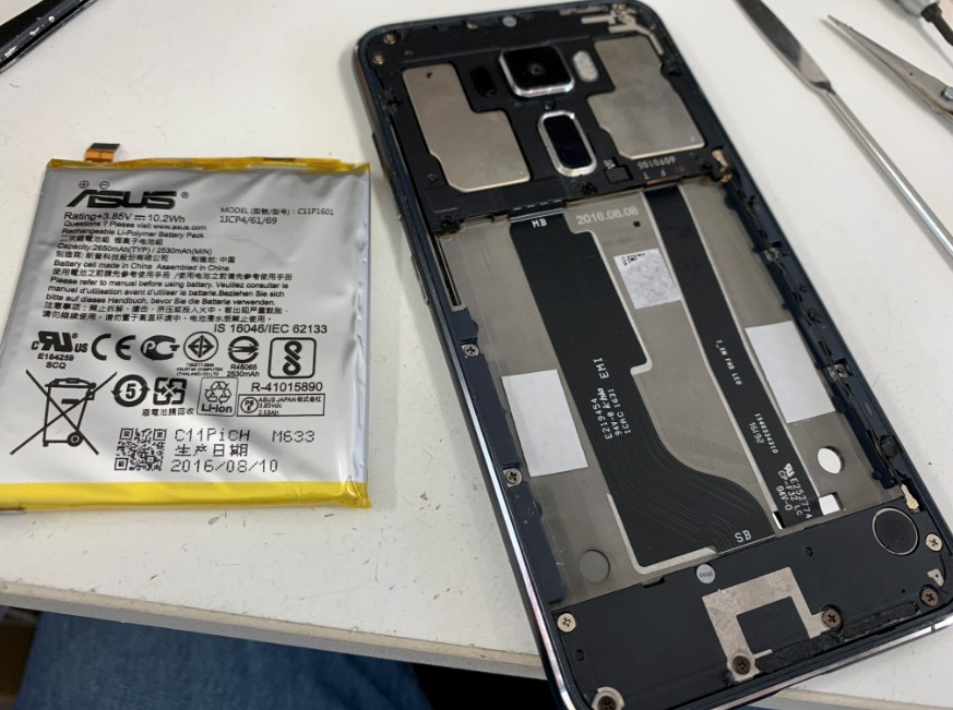 内蔵バッテリーを取り出したZenfone3