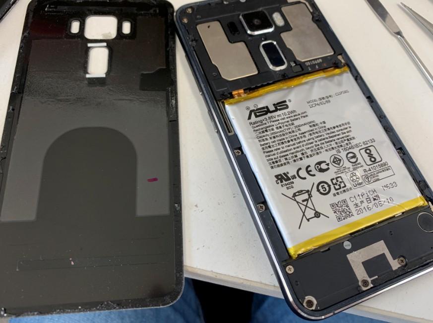 分解してバッテリー交換修理途中のZenfone3