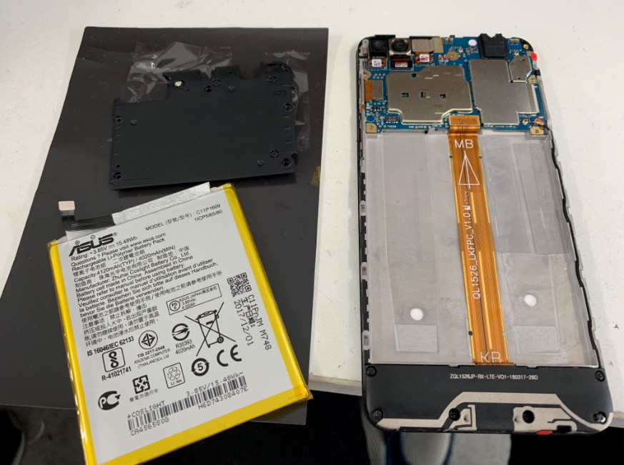 内蔵バッテリー取り出した後のZenfone4Max(ZC520KL)