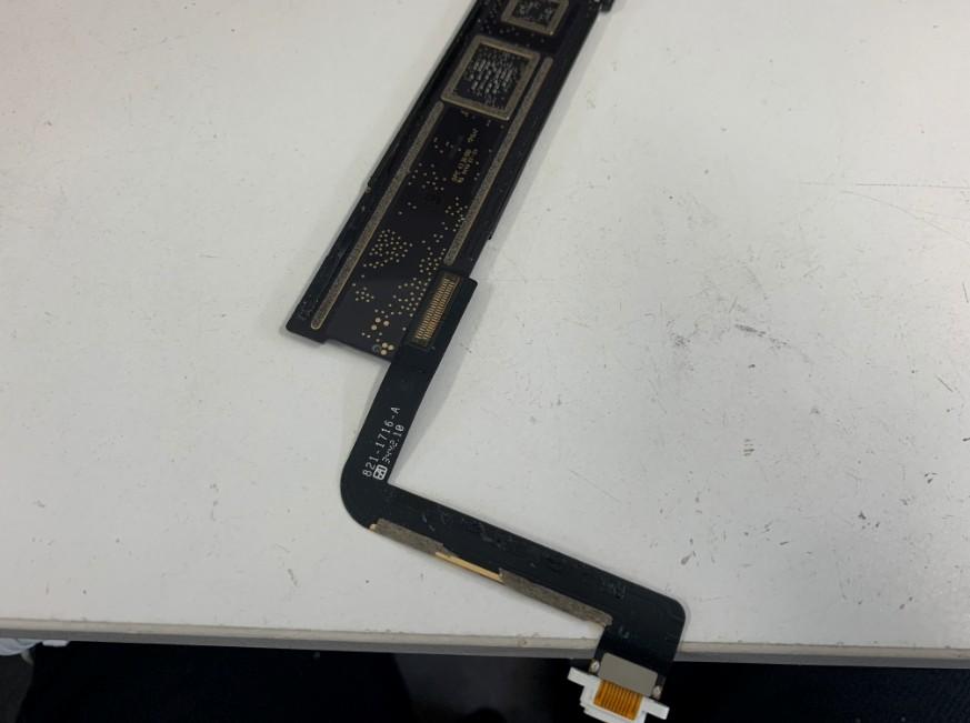 基板を取り出してドックコネクターを外す前のiPad Air
