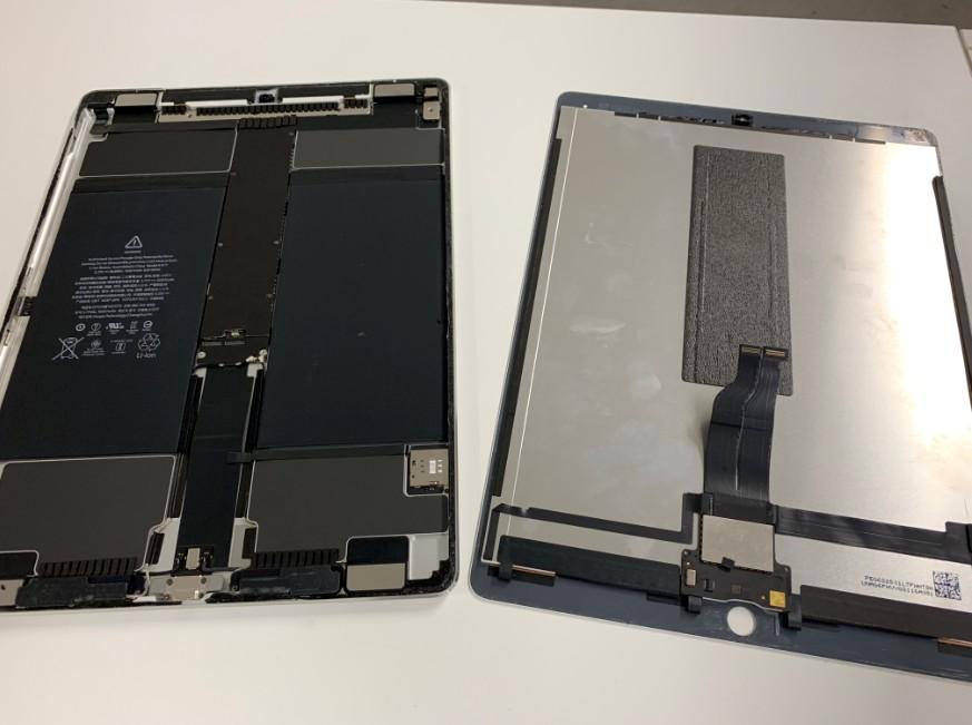 分解して液晶画面を剥がしたiPad Pro 12.9 第1世代