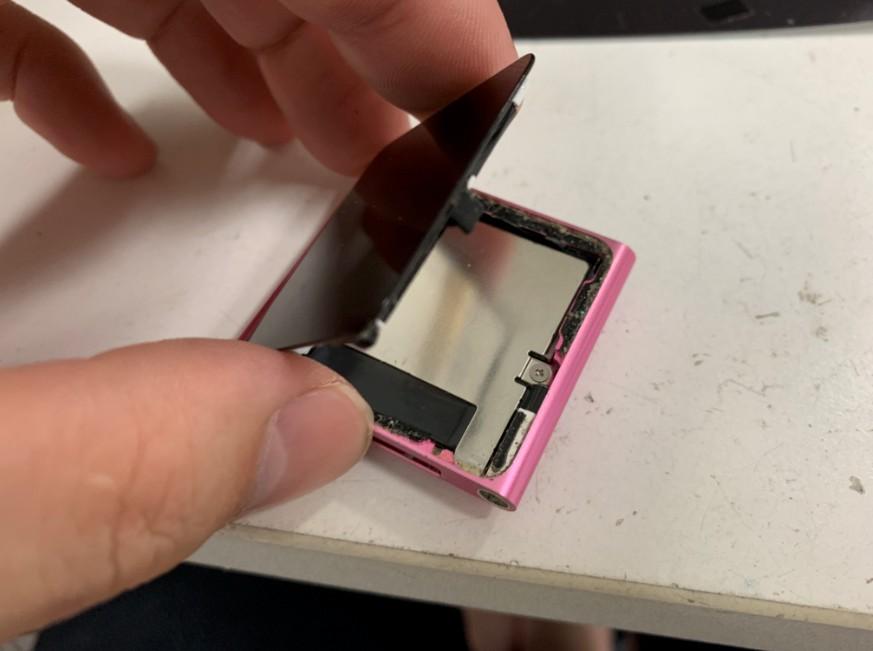 画面を剥がして分解途中のiPod nano第6世代
