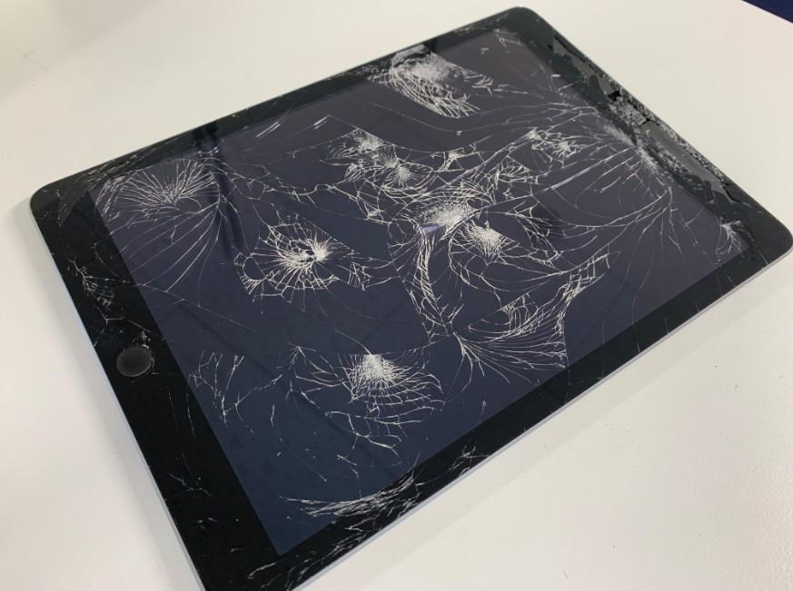ガラスが割れてボロボロなiPad 第5世代