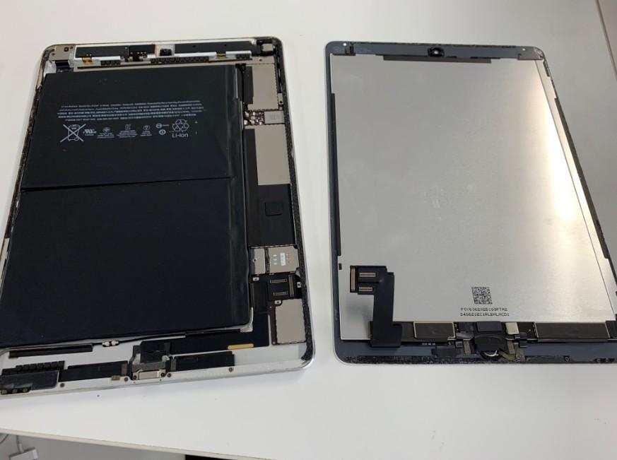 分解してバッテリー交換作業途中のアイパッドエアー2