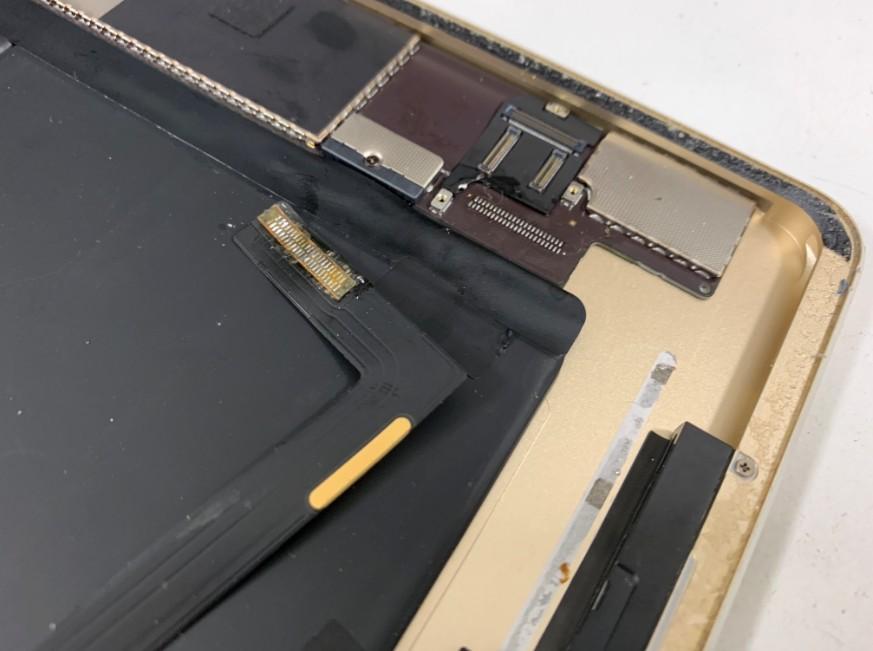 ドックコネクターを基板から剥がしたiPad Air2