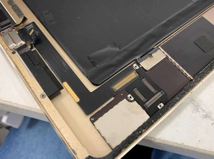 分解してドックコネクター交換修理を始める前のiPad Air2