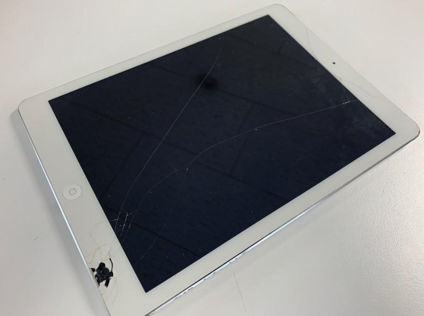 表面ガラスが割れてしまってガラスが一部欠けて中身が見えているiPad Air